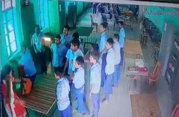 छात्रों के गुस्से का शिकार हुई शिक्षिका, क्लाासरूम में कुर्सी से किया वार, सीसीटीवी में कैद हुआ मामला