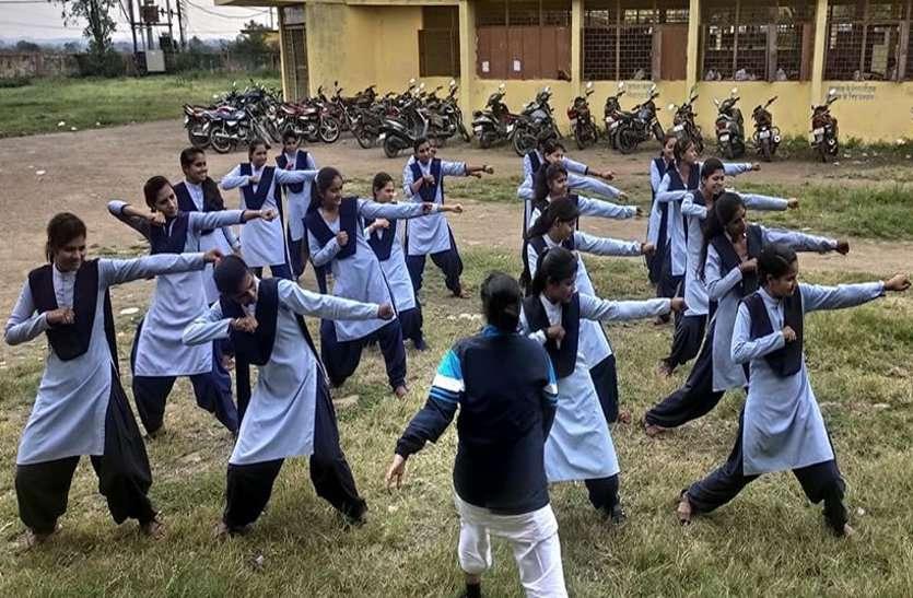 Training : इस कॉलेज में छात्राएं सीख रहीं आत्मरक्षा के गुर