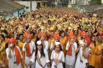 तुलसी कलश के साथ निकली हजारों महिलाएं