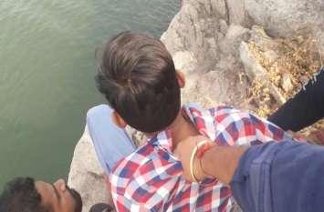 आत्महत्या की धमकी दे रहे युवक को गोताखोरों ने बचाया