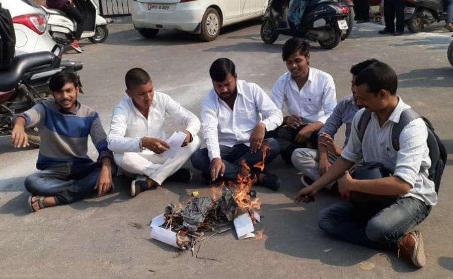 छात्रों ने भाजपा की नीतियों को क्यों किया हवनकुंड के हवाले, जानिए पूरा मामला