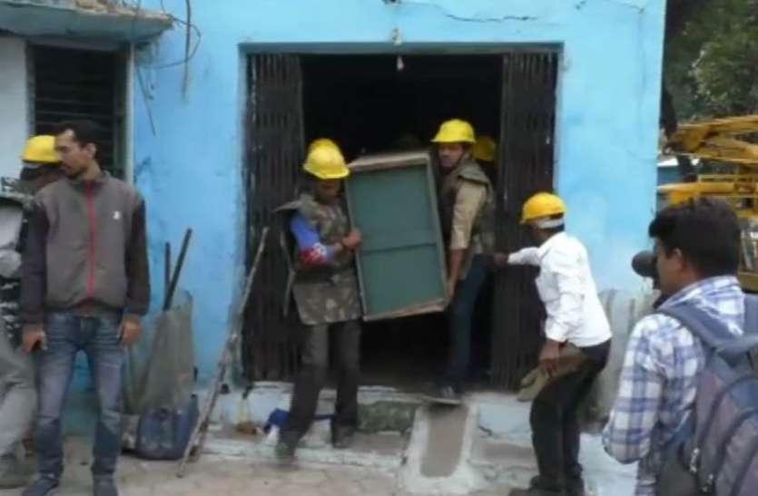 VIDEO : निगम ने बुलडोजर से तोड़े अवैध निर्माण, कब्जाधारी ने कहा - इस पूर्व पार्षद ने कराया था कब्जा