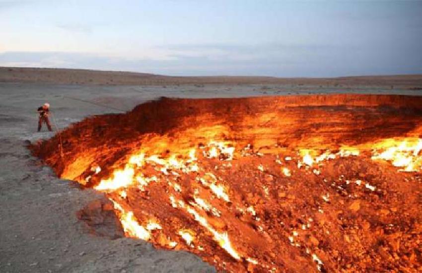 This Is Hell Door Fire Has Been Burning For 47 Years - OMG! ये है नरक का  दरवाजा! 47 सालों से जल रही है ऐसी आग जो आज तक... | Patrika News
