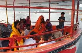 हिलौरे लेती झील पर चढ़ी धर्म की परत