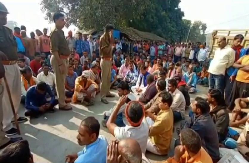 गाजीपुर में सैलून संचालक की हत्या के बाद बवाल, ग्रामीणों ने लगाया जाम