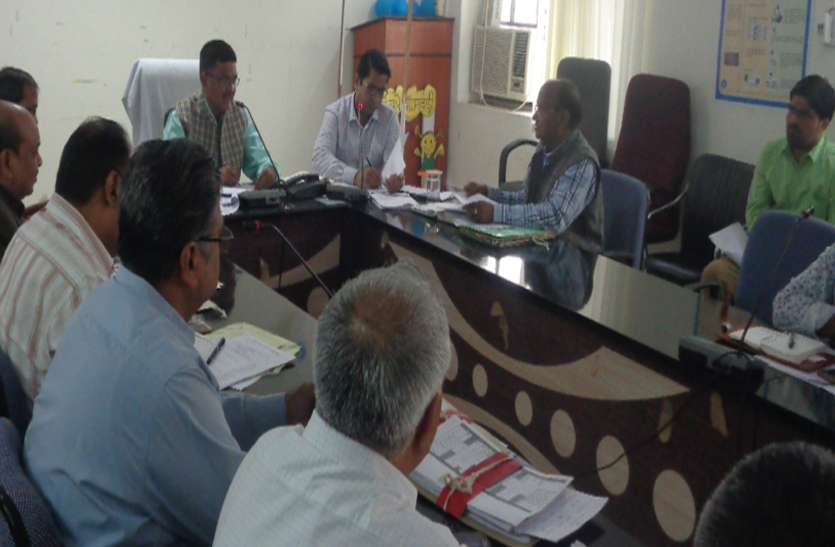 बैठक में नहीं पहुंचे सरमथुरा-सैपऊ एसडीएम, कलक्टर ने थमाई चार्जशीट
