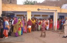 श्रीगंगानगर.नगर निकाय चुनाव: बरसात से धीमी रही शुरुआत, शाम तक केंद्रों पर पहुंचते रहे मतदाता......देखें खास तस्वीरें