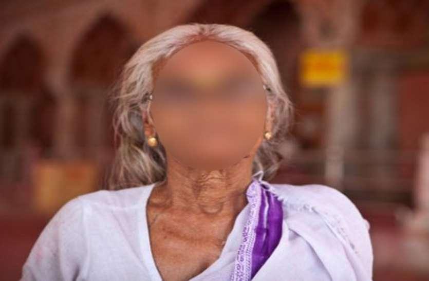बेटी की शिकायत लेकर पहुंची वृद्ध मां, बोली अकेले में पीटती है और...