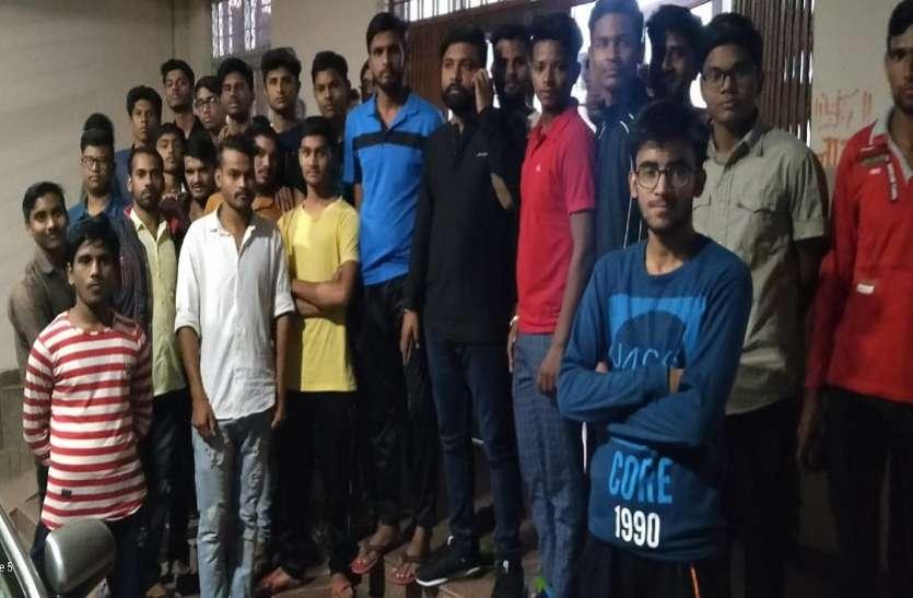 कोटा विवि : मैस के खाने को लेकर भड़के छात्र, सड़ी सब्जियां व टंकी के गंदे पानी से खाना बनाने का आरोप