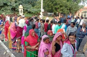निकाय चुनाव : शहर की सरकार चुनने के लिए उत्साह, बूथों पर लगी कतारें