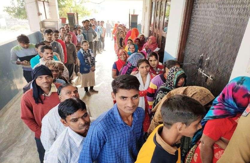 शहर की सरकार चुनने के लिए मतदाताओं में खासा उत्साह, सुबह 9 बजे तक मतदान केन्द्रों पर लगी कतारें, पढ़ें Live Updates