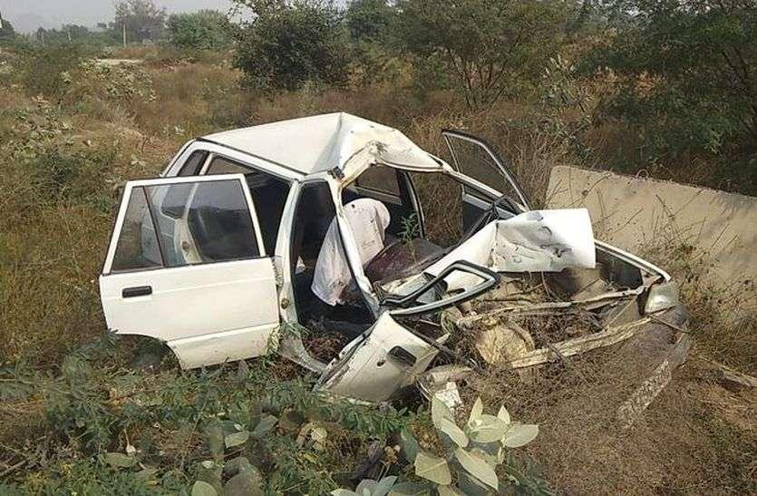 अनियंत्रित कार गहरे गड्ढे में गिरी, एक घायल