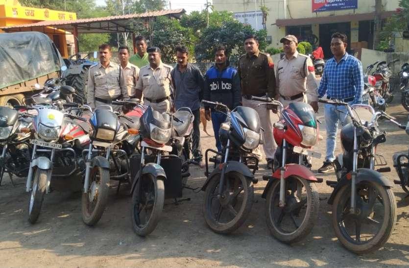 मंदिर के पीछे जंगल में छिपाकर रखे थे चोरी की बाइक, नौ बाइक के साथ दो आरोपी गिरफ्तार