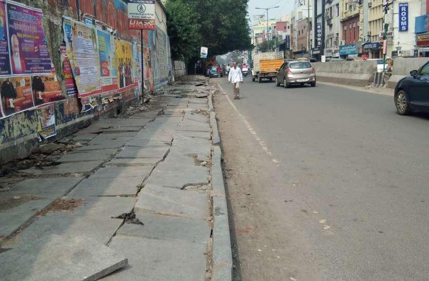 फुटपाथ बने बाइक पार्किंग स्थल