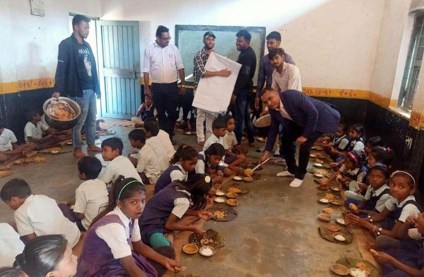 छात्रों को खिलाया पोषक आहार