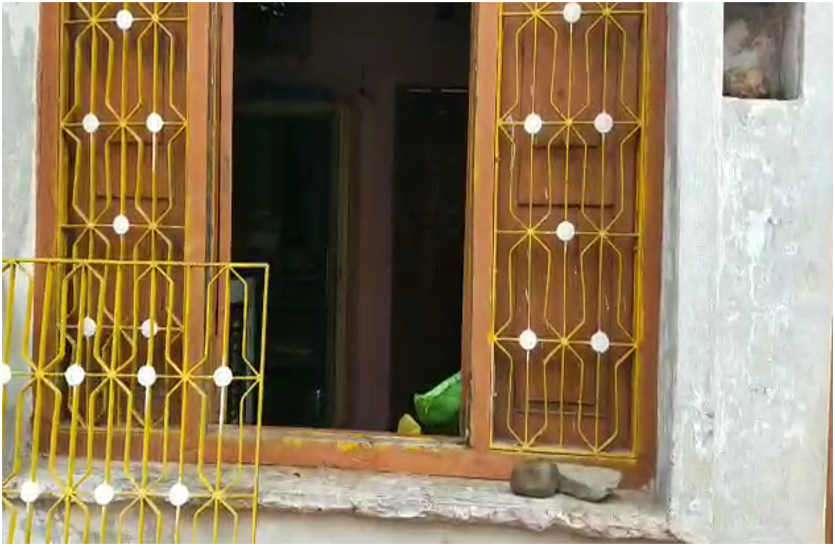 खिड़की तोड़कर घर में घुसे चोर, नगदी व गहनों की चोरी