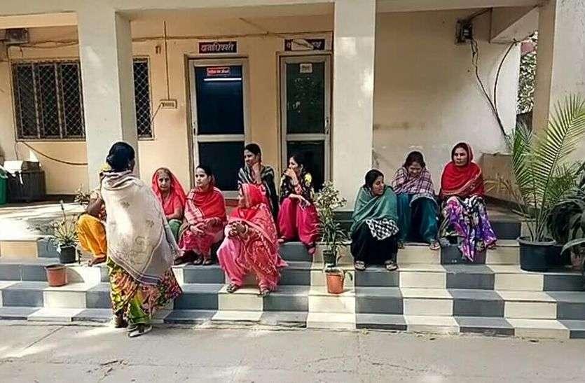 अलवर में बदमाशों ने मॉर्निंग वॉक पर गई तीन महिलाओं के सामने तानी पिस्टल और फिर लूट ले गए जेवर और मोबाइल, महिलाओं ने दिया धरना