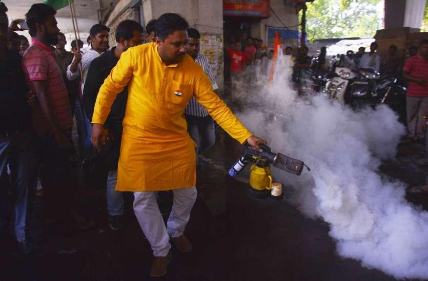 बढ़ते डेंगू व निगम की उपेक्षा के खिलाफ निकाल धिक्कार जुलूस