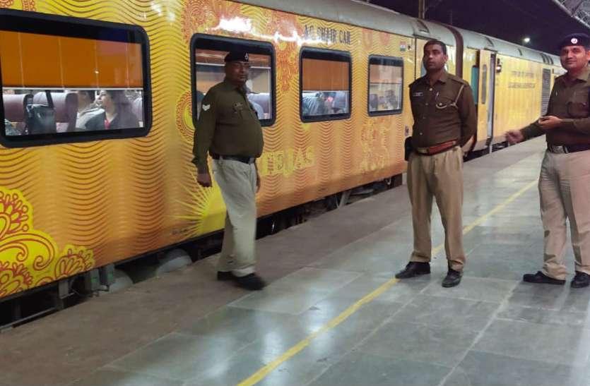 बिहार संपर्क क्रांति एक्सप्रेस से टकराया सांड, एक घंटे तक खड़ी रही तेजस ट्रेन, देखें वीडियो