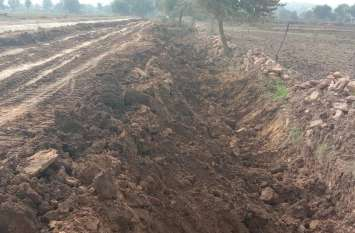 ठेकेदार ने मिट्टी लेने के लिए खेतों में खोद दी खाइयां