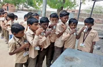 स्कूल के दूध का कर्ज चुकाने पर बनी सहमति, फिर बच्चों ने चखा दूध का स्वाद