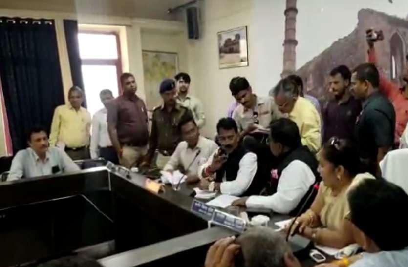 मंत्री के सामने विधायक हुई आगबबूला, आबकारी अधिकारी पर भड़की, देखें VIDEO