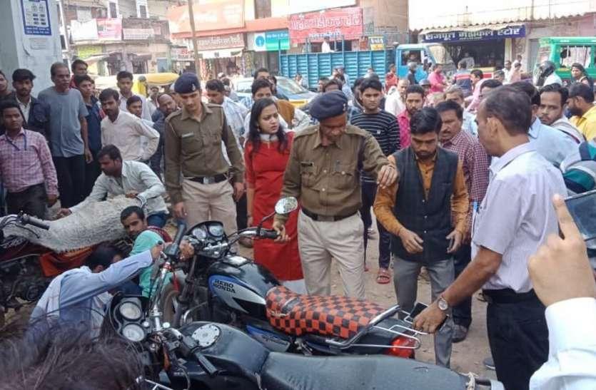 स्कूल-कॉलेजों के बाहर गुटखा पाउच बेचने वालों और बीच रास्ते वाहन खड़े करने वालों पर कार्रवाई