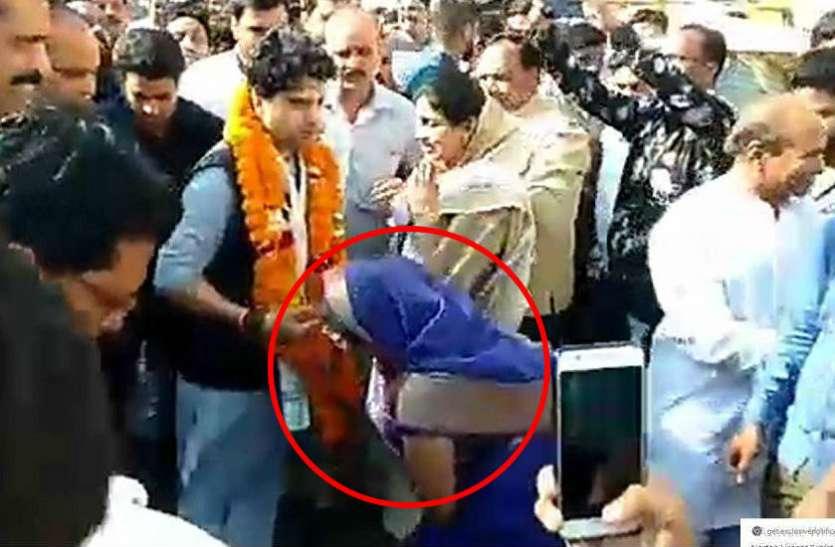 ग्वालियर पहुंचे सिंधिया तो सड़क पर ही 'महाराज' के पैर छूने दौड़ पड़ी महिला मंत्री, देखें वीडियो