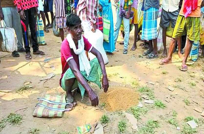 जो किसान धान बेचकर भरते हैं अपना पेट, जानिए क्यों अब वो ही सडक़ पर फेंक रहे अपना पूरा धान