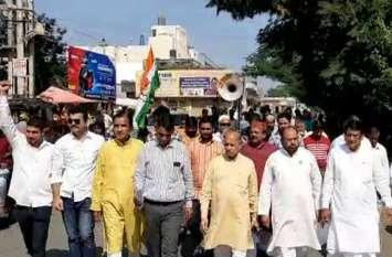 केंद्र सरकार की नीतियों के विरोध में कांग्रेस ने निकाली रैली, प्रधानमंत्री के नाम कलक्टर को सौंपा ज्ञापन