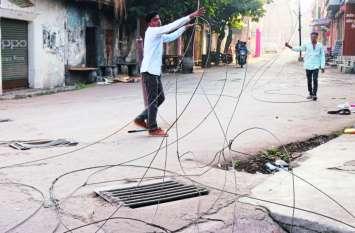 बांसवाड़ा : पुराना बस स्टैंड के पास अचानक टूट पड़ा बिजली का तार, बाइक सवार बाल-बाल बचा