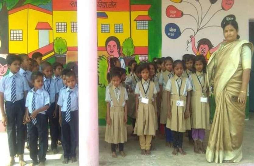 शिक्षिका ने सजाई क्लास, पाठ्य पुस्तकों की पढ़ाई के साथ दे रहीं मौलिक ज्ञान