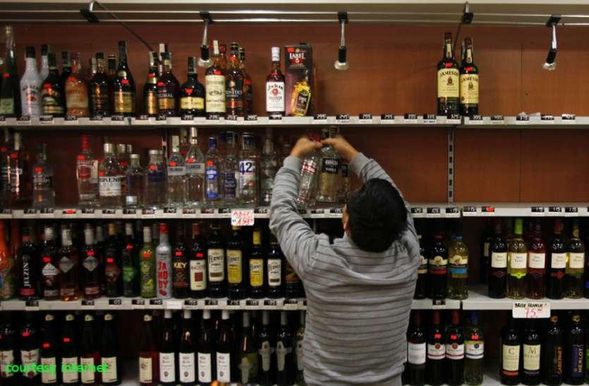 दिव्यांग आश्रम, अस्पताल के पास खुल रही शराब की दुकान का विरोध