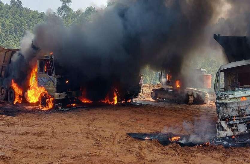 झारखंड: 20 नक्सलियों ने किया हमला, 6 वाहनों में लगाई आग