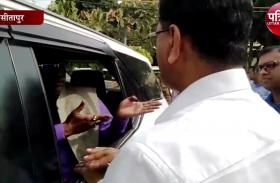 बीजेपी विधायक ने डीएम की बैठक का किया बहिस्कार, धरने पर बैठने की भी दी धमकी, देखें वीडियो