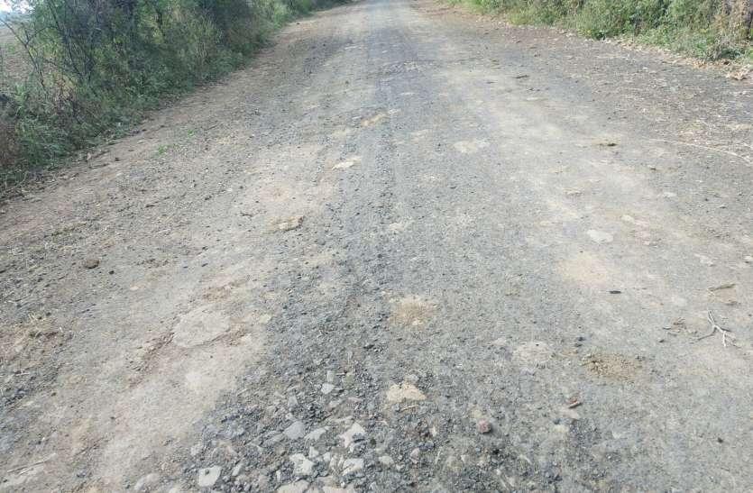 गारंटी अवधि में ही उखड़ी 1.14  करोड़ रुपए की लागत से बनीं ग्रामीण सड़क