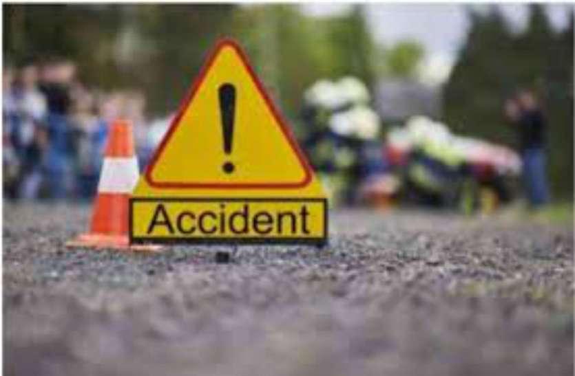Yamuna Expressway पर खड़ी स्कूल बस में ट्रक ने मारी टक्कर, दो शिक्षक और सात बच्चे घायल