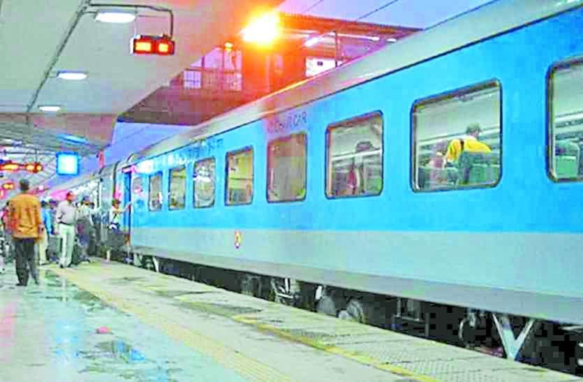 ट्रेनों में चाय-नाश्ते और भोजन की दरें बढ़ाने की तैयारी, लेकिन शताब्दी समेत अन्य विशेष ट्रेनों में क्वालिटी सुधार पर ध्यान नहीं