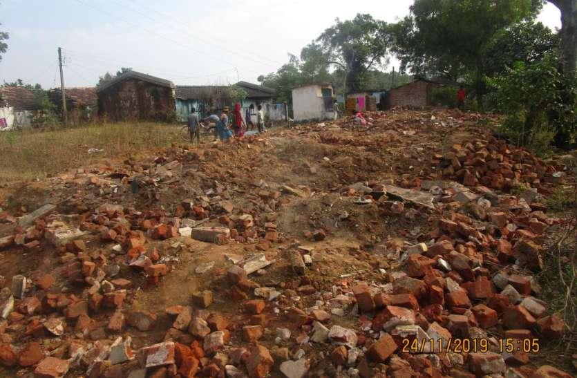 50 बेघर परिवारों के सामने संकट, झोपड़ी में निवास
