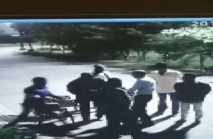 40 सेकेंड के वीडियो में कैद हुई सनसनी वारदात, 6 बदमाशों ने पहले राइफल लूटी फिर लाखों की लूट