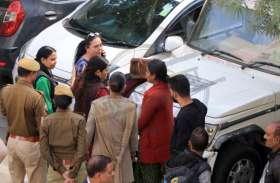 जयपुर कलक्ट्रेट में महिला का हाई वोल्टेज ड्रामा, कलक्टर और पुलिस भी बने मूकदर्शक, देखें वीडियो