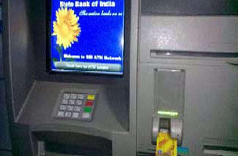 रुपए निकालने की बजाय निगल जाती है नोट