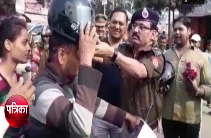 यातायात नियम तोड़ने पर चौराहे पर खड़े एसएसपी ने वाहन चालकों को दिया ऐसा उपहार, सभी ने की तारीफ- देखें वीडियो