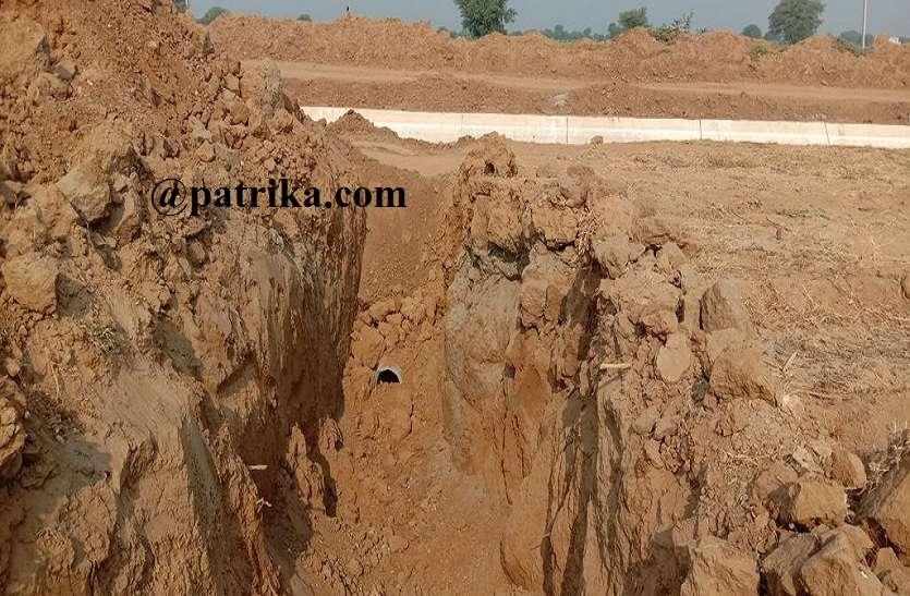 बीस दिन बाद भी नहीं पहुंच पाया टेल तक पानी, नहर का धोरा अवरुद्ध, लगभग 200 बीघा जमीन सूखी