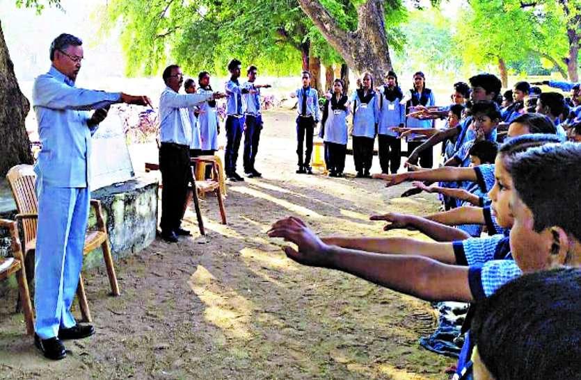शिक्षकों सहित छात्र-छात्राओं को संविधान के साथ चलने दिलाई गई शपथ