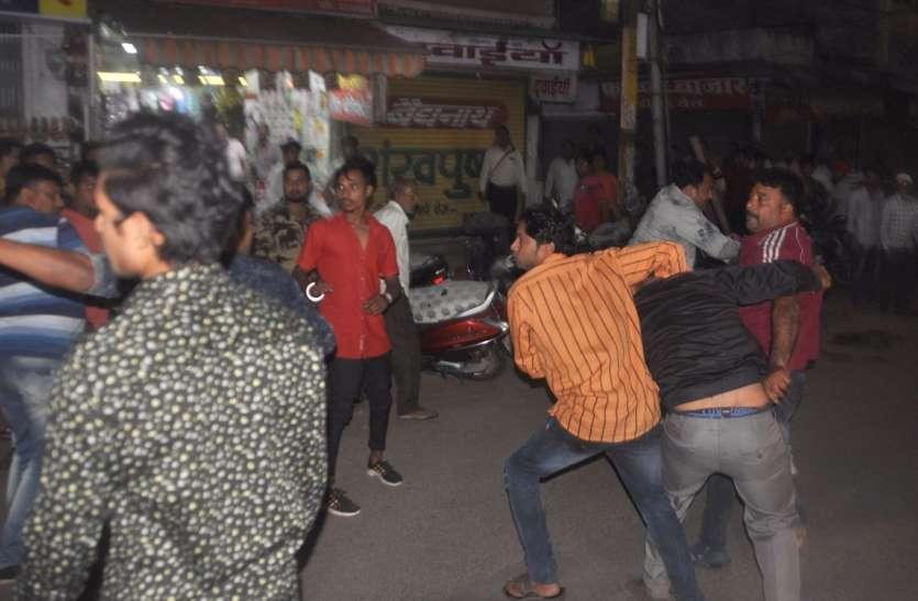 बॉम्बे बाजार में युवकों के बीच चले डंडे, धड़ाधड़ बंद हुई दुकान