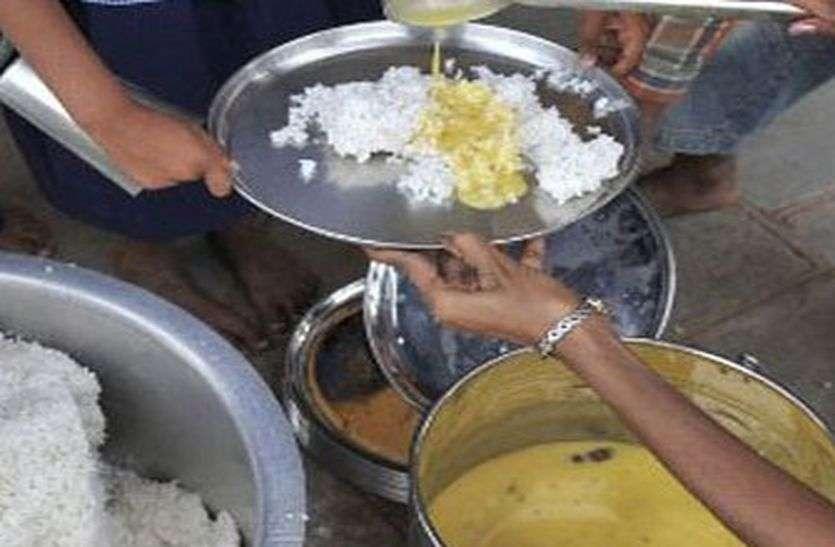 मध्याह्न भोजन में गड़बड़ी !  99 के बजाय सिर्फ 40 बच्चों के लिए बनाए चावल, दाल सिर्फ 15 बच्चों के लिए