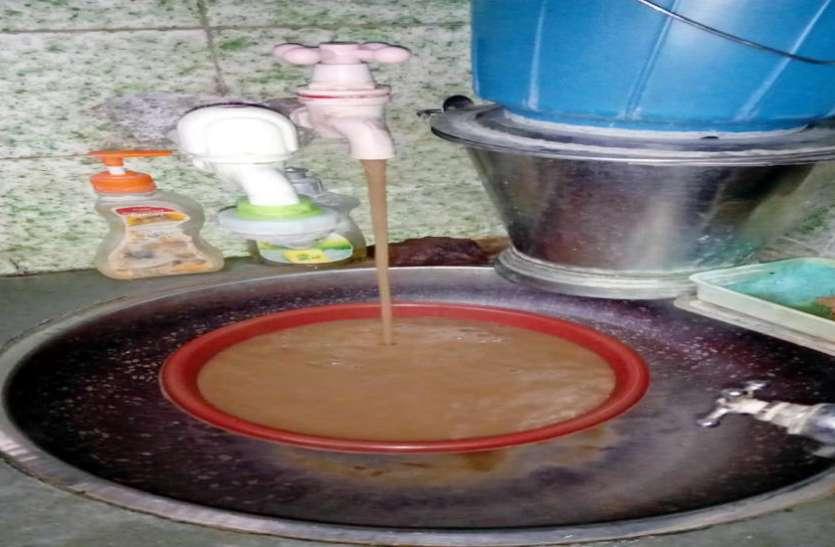 Gujrat News : महापौर के वार्ड में नल से निकल रहा गंदा पानी