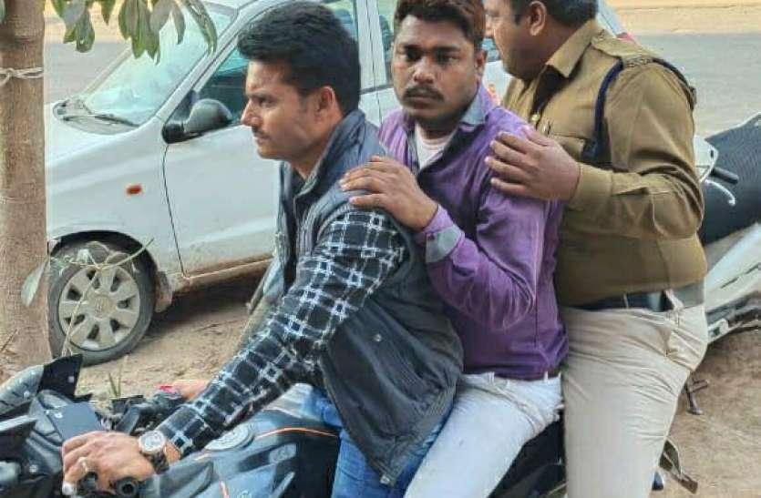 चोरी का मोबाइल बेचने आए युवक को उठा ले गई पुलिस
