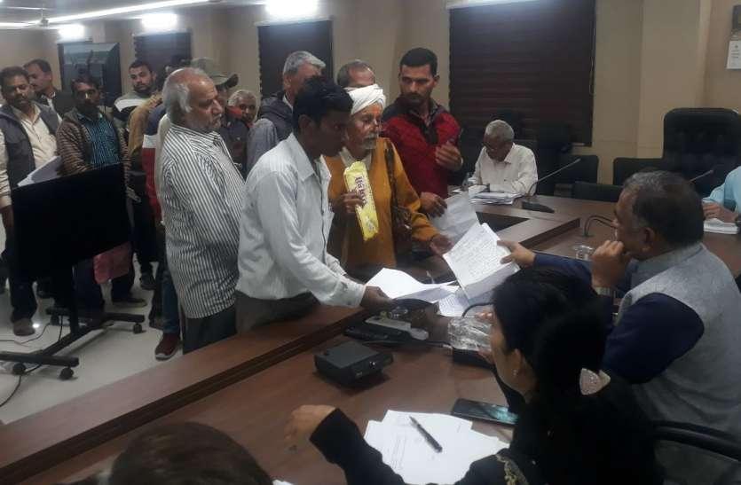Public Hearing : साहब मैं गुजरात में रहता हूं...सरकार को दान में भूमि दी तो पटवारी ने खसरे में  पूरी भूमि से स्वामित्व हटा दिया